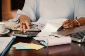 El sistema de facturación electrónica debe cumplir con las leyes y normas vigentes.